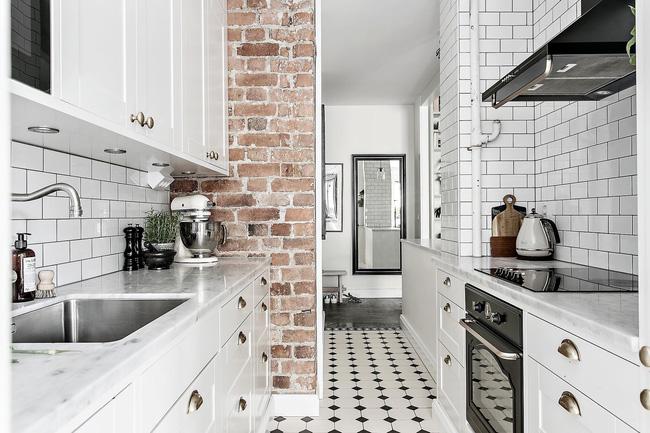 Bức tường gạch giúp không gian thêm phần ấn tượng, đánh tan sự đơn điệu của sắc trắng trong căn hộ