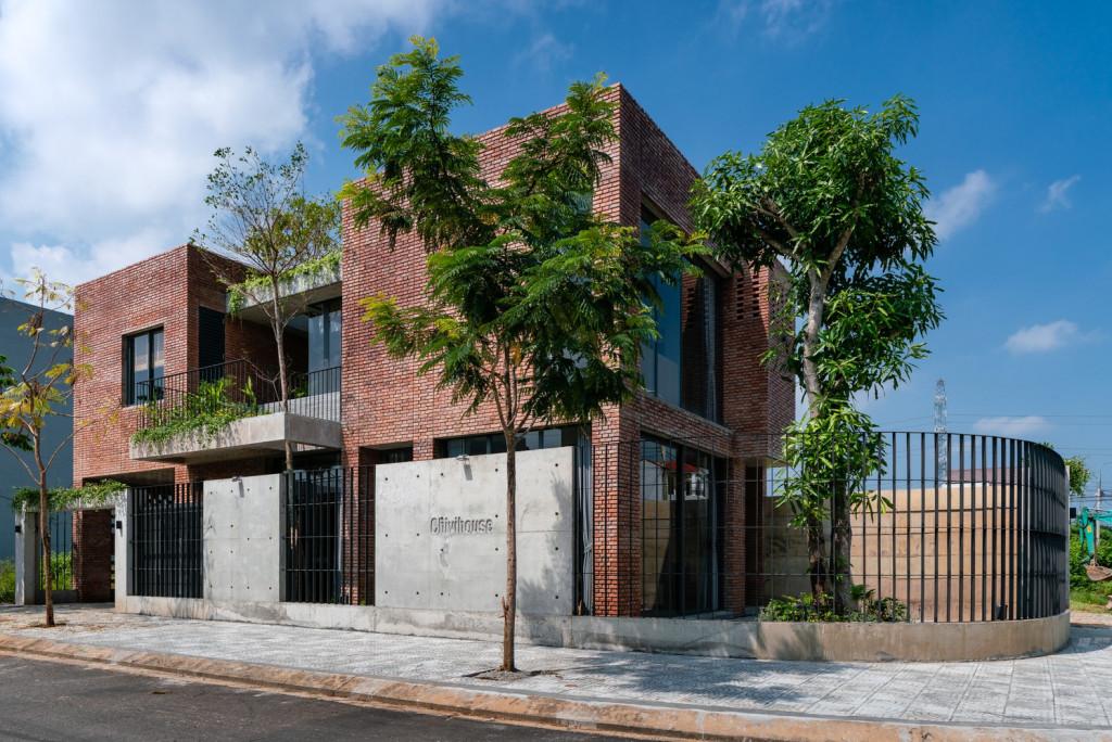 Được đặt tên theo những đứa trẻ sẽ lớn lên trong ngôi nhà này (Chi và Vi), Chivihouse (Đà Nẵng) xuất hiện ấn tượng trên Tạp chí kiến trúc Archdaily nhờ việc sử dụng vật liệu chính là gạch trần thô mộc