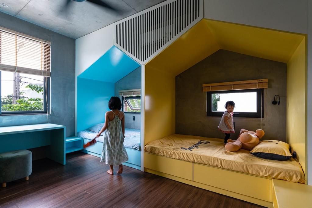 Phòng ngủ dành cho bạn nhỏ trang trí nhiều màu sắc sặc sỡ
