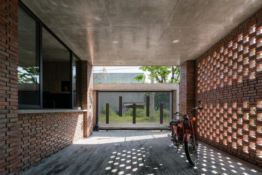 Tầng trệt được thiết kế mở tối đa nhằm kết nối tất cả các không gian chức năng trong và ngoài