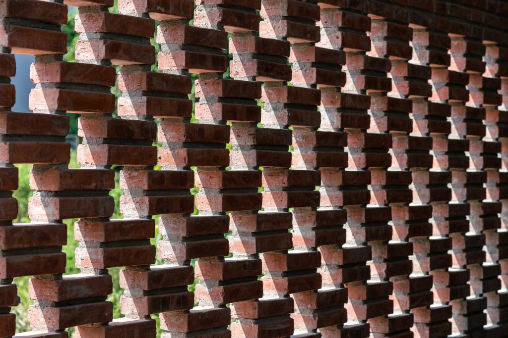 Lớp gạch trần bên ngoài được xây hai lớp cách nhau bởi một lớp khoảng không ở giữa, vừa có tác dụng cách nhiệt vừa giúp cách âm cho căn nhà
