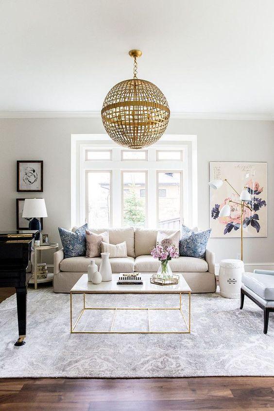 Đèn chùm với kiểu dáng đặc biệt sẽ tạo nên sự quyến rũ cho phòng khách. Để làm cho phòng khách màu be của bạn cảm thấy sang trọng hơn, hãy thử những thiết kế đèn có chất liệu sáng và bóng.