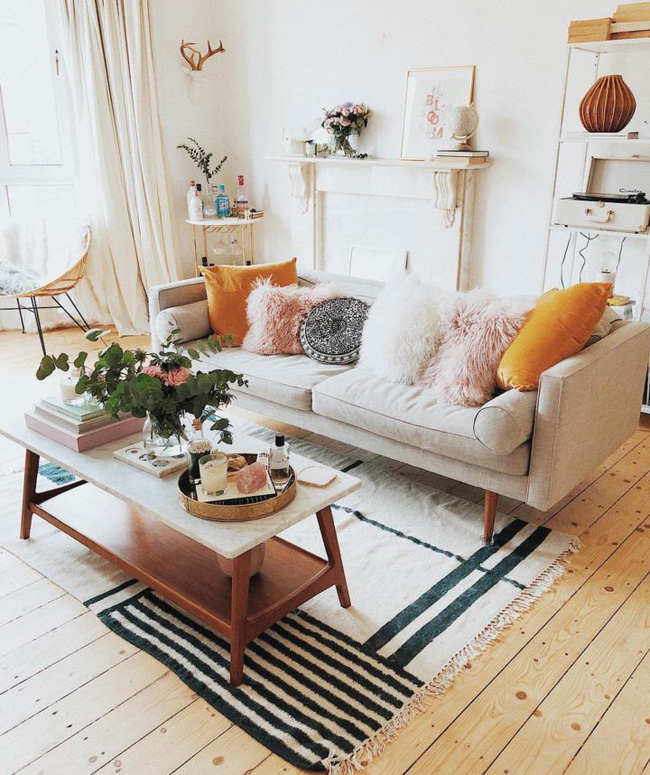 Nếu bạn trang trí phòng khách màu be, gối là vật dụng thêm vào rất dễ dàng. Đối với phòng khách, thêm gối đầy màu sắc là một cách đơn giản để thêm sự thú vị cho bảng màu be đơn giản.