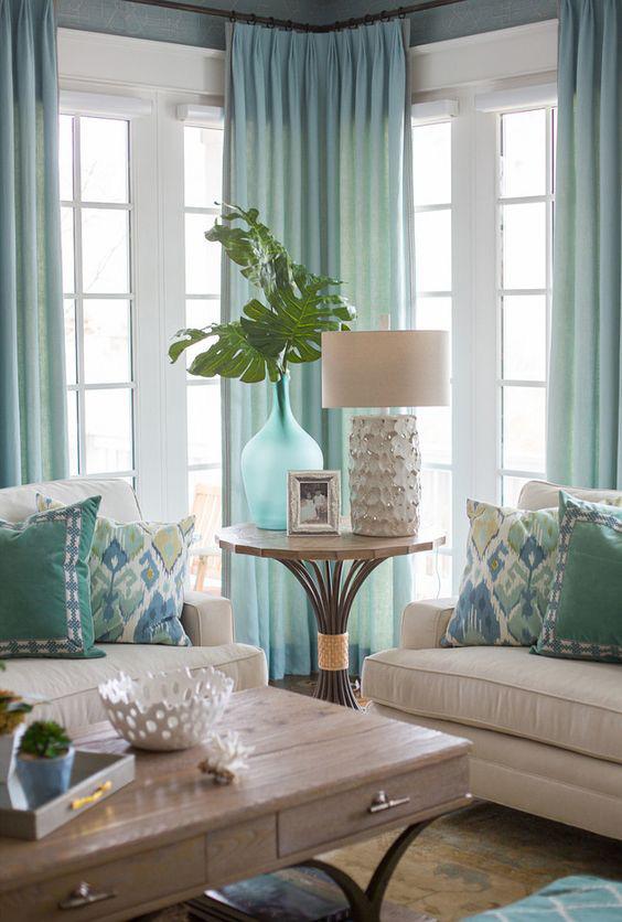 Nếu bạn đang trang trí một căn phòng màu be, đừng quên rèm cửa. Thêm rèm cửa với một gam màu làm điểm nhấn sẽ tạo một căn phòng hấp dẫn hơn và có thể dễ dàng thay đổi sau đó để tạo ra cái nhìn mới.