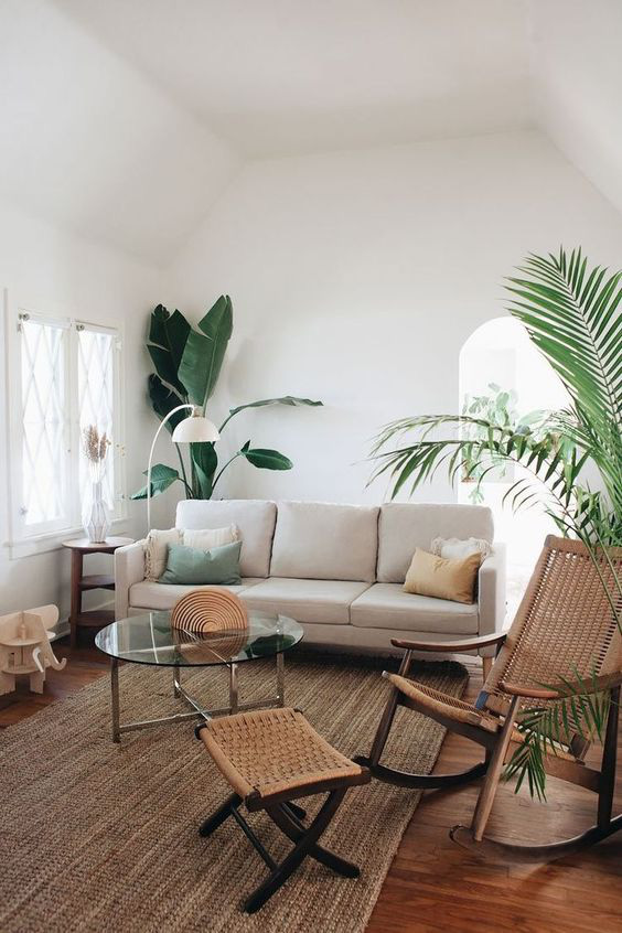 Trồng cây trong nhà có thể làm cho một căn phòng màu be trở nên sống động. Chọn cây lớn cho các góc và cây nhỏ, như mọng nước, cho kệ, lò sưởi và bàn. Cây xanh mang lại sự tươi mát và cuộc sống cho một không gian buồn tẻ.