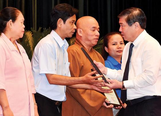 Chủ tịch UBND TPHCM Nguyễn Thành Phong tuyên dương các tập thể tiêu biểu tại hội nghị  Ảnh: VIỆT DŨNG
