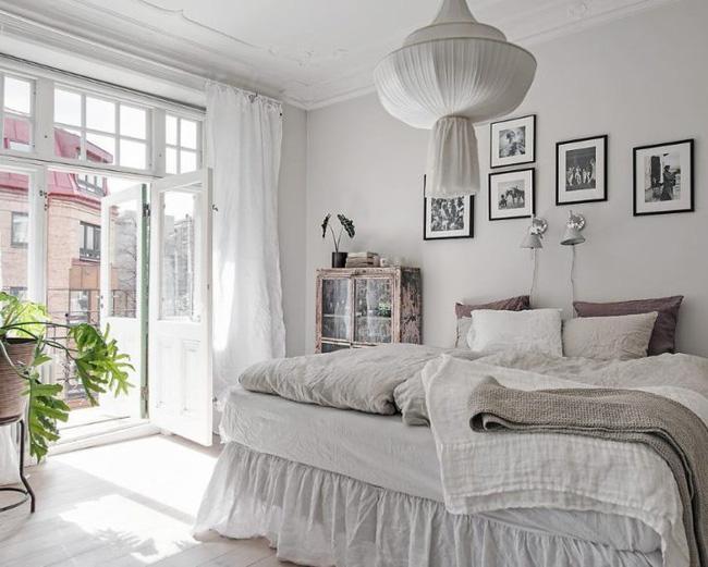 Một cách tuyệt vời để làm đẹp phòng ngủ của bạn là mua những món đồ nội thất hoặc phụ kiện cổ điển. Những đồ vật được chế tác đẹp mắt này không chỉ bắt mắt mà thường rẻ hơn các sản phẩm hiện đại.