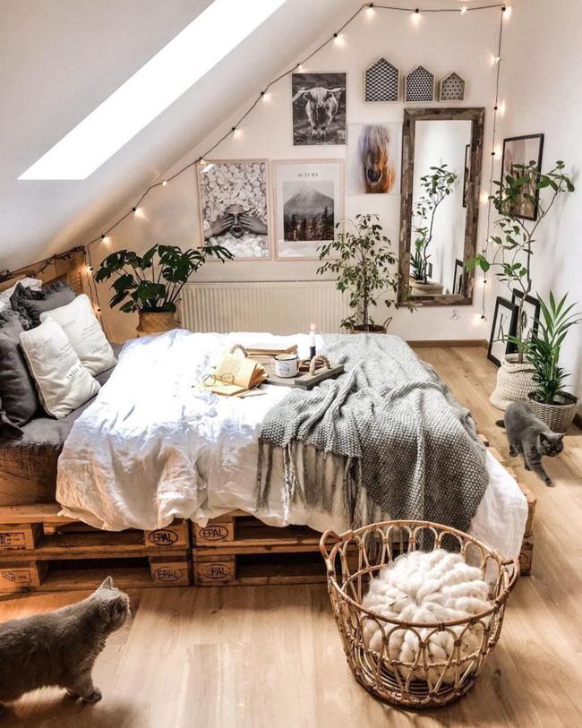 Nếu không may mắn có cửa sổ lớn trên tường, bạn có thể cảm thấy như phòng ngủ của mình thiếu ánh sáng tự nhiên. Điều này có thể dễ dàng khắc phục bằng cách đặt một tấm gương lớn vào tường liền kề hoặc đối diện với cửa sổ…