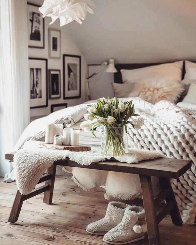 Nghệ thuật là một cách tuyệt vời để thêm một số màu sắc cho phòng ngủ của bạn. Thay vì chỉ để các bức tường đơn giản, hãy xem xét treo một số bức tranh hoặc hình ảnh.
