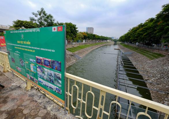 Cử tri đặt câu hỏi về việc khi các chuyên gia Nhật Bản đang thử nghiệm xử lý nước sông Tô Lịch thì nước hồ Tây được tháo vào nơi thử nghiệm - Ảnh: NAM TRẦN
