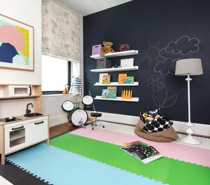 Các sản phẩm nội thất trong phòng trẻ cần được cố định chắc chắn tránh trường hợp đổ vào người trẻ trong quá trình chơi đùa