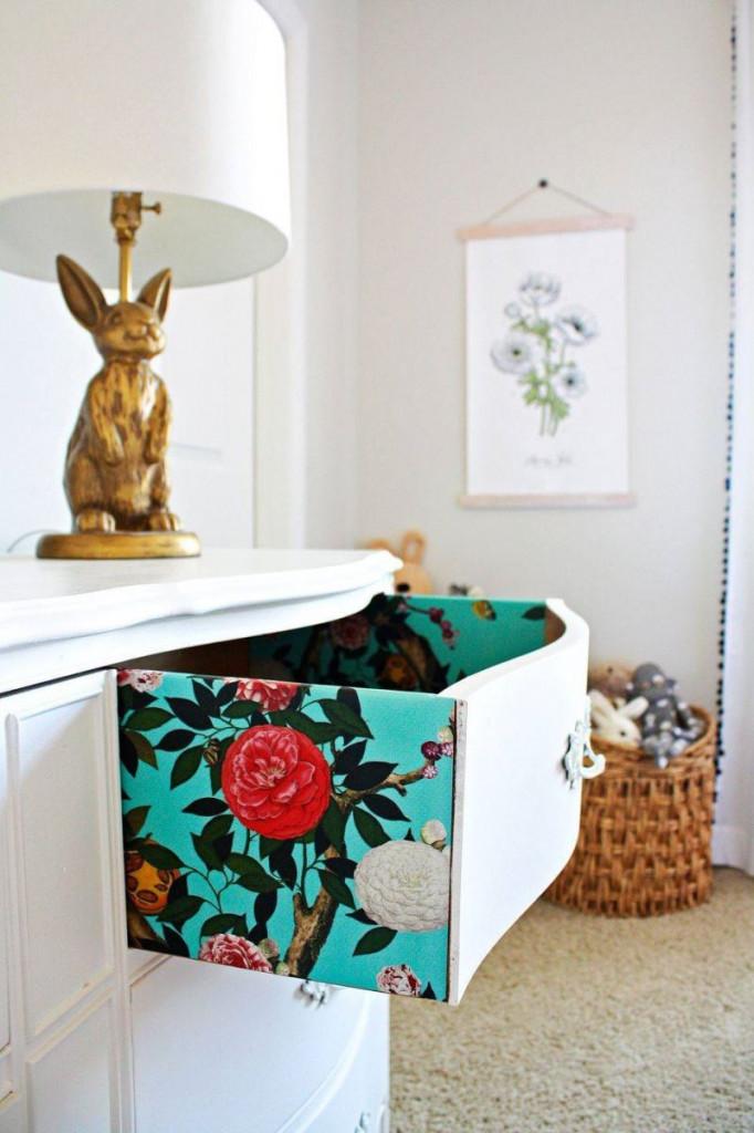 Một chiếc ngăn kéo mở ra những cảm hứng mới lạ nhờ giấy dán tường