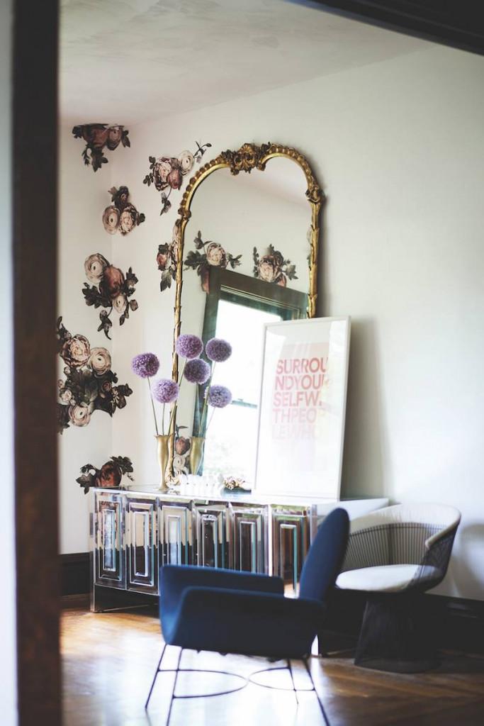 Họa tiết bông hoa của giấy dán tường khiến góc trang điểm trở nên lộng lẫy