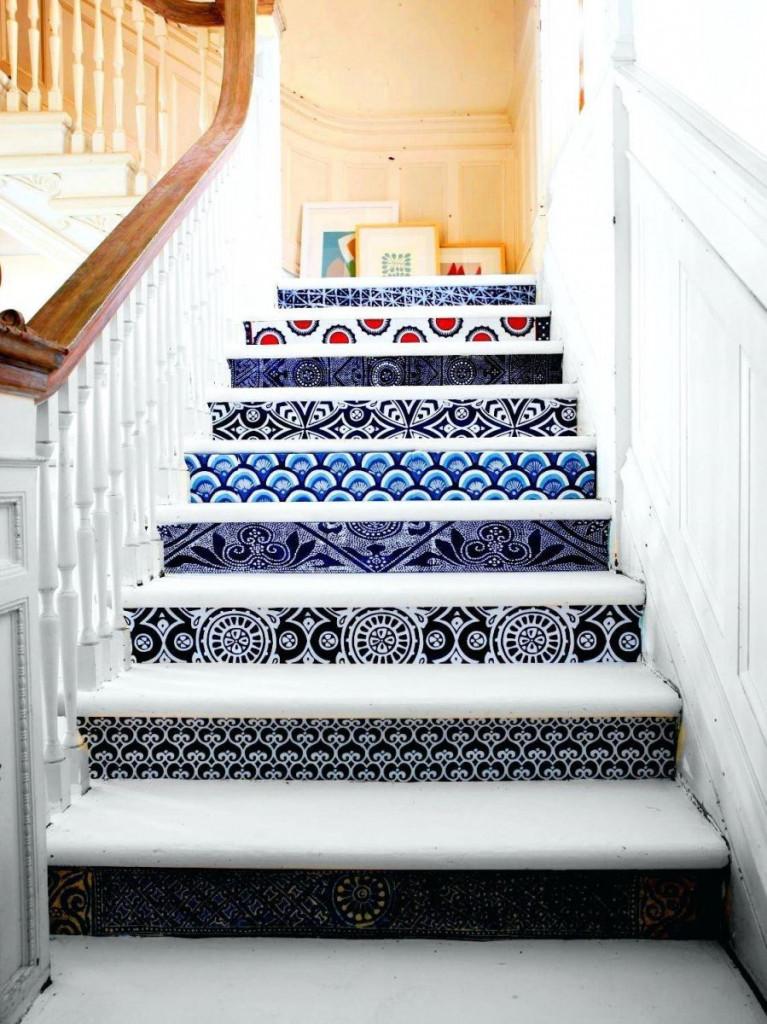 Mỗi bậc cầu thang với giấy dán tường mang lại cảm xúc khác nhau