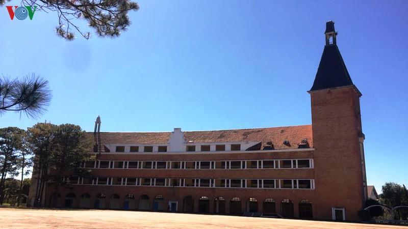 Trường Cao đẳng Su phạm Đà Lạt một trong hàng ngàn công trình mang kiến trúc Pháp nổi tiếng của Lâm Đồng