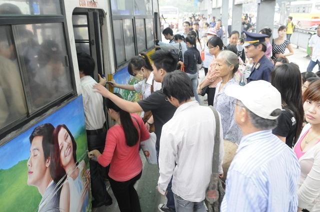 Đi xe buýt đã trở thành thói quen của nhiều người dân. Ảnh: Hải Linh