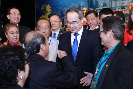 Ủy viên Bộ Chính trị, Bí thư Thành ủy TP HCM Nguyễn Thiện Nhân trò chuyện với kiều bào tại buổi gặp gỡ.Ảnh: HOÀNG TRIỀU