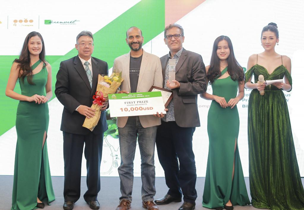 Trưởng ban giám khảo TS.Nimal Kishnani và đại diện NTT trao phần thưởng -giải nhất hạng mục KTS