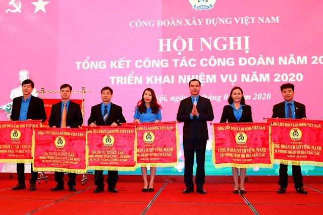 Nhiều đơn vị công đoàn thuộc CĐXD Việt Nam đón nhận Cờ Thi đua của Tổng Liên đoàn Lao động Việt Nam