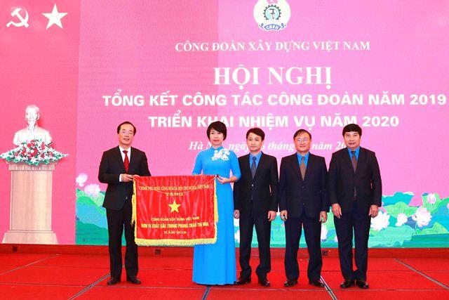 Thừa ủy quyền của Thủ tướng Chính phủ, Bộ trưởng Phạm Hồng Hà trao Cờ Thi đua của Chính phủ cho CĐXDVN