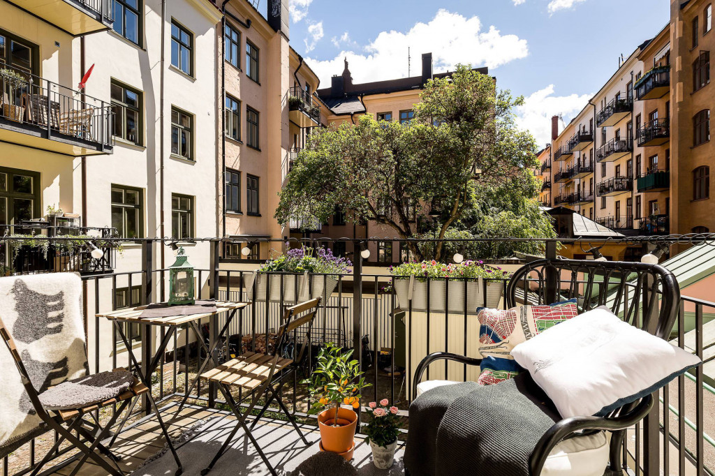 Ban công là điểm nhấn của căn hộ với độ thoáng rộng đủ để bài trí không gian bàn ghế ngồi uống cà phê, nghỉ ngơi mỗi khi cần