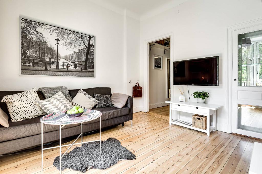 Một tấm thảm nhỏ với hình dạng độc đáo trải đúng bàn phòng khách có tác dụng phân chia không gian nhưng không làm ảnh hưởng đến những khu vực xung quanh