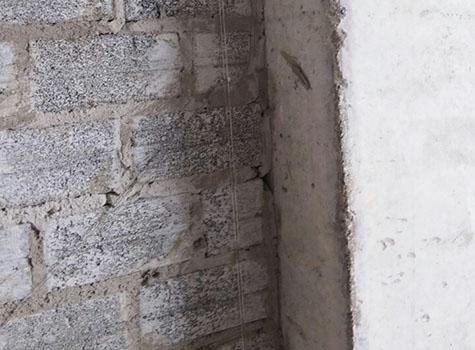 Nứt tại nơi tiếp giáp với cột bê tông