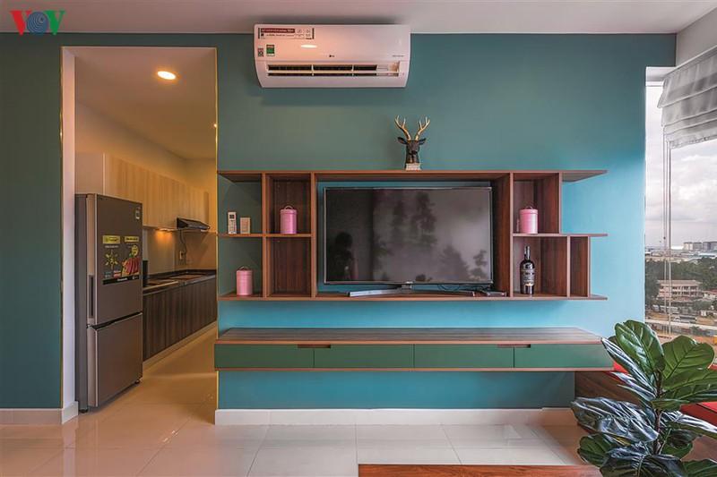 Các mảng tường lớn ở phòng khách, phòng ăn được sơn xanh màu lá.