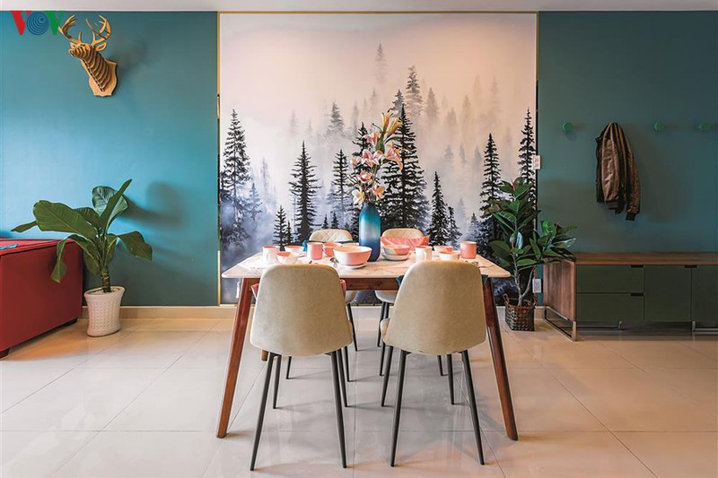 Chiếc bàn ăn với chân gỗ đơn giản điểm tô thêm bình hoa, chậu cây xanh, tạo cảm giác thoải mái và ấn tượng như một bữa tiệc nhỏ giữa khu rừng thông tươi tốt.