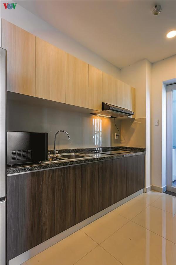 Khu bếp nằm riêng biệt có thiết kế đơn giản, hiện đại nhưng vẫn tiện nghi.