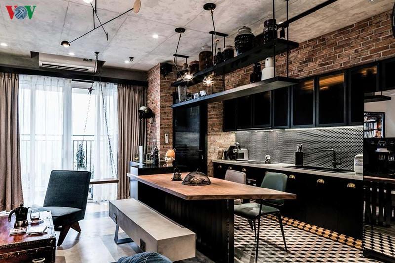 Chủ nhân là một người cá tính mạnh, chơi nhạc và yêu nhạc rock. Chính vì vậy anh muốn căn hộ của mình có ấn tượng riêng và thể hiện được tính cách của mình. Kiến trúc sư đã đề xuất thiết kế nội thất theo phong cách công nghiệp với những chi tiết, chất liệu, màu sắc… đặc thù.
