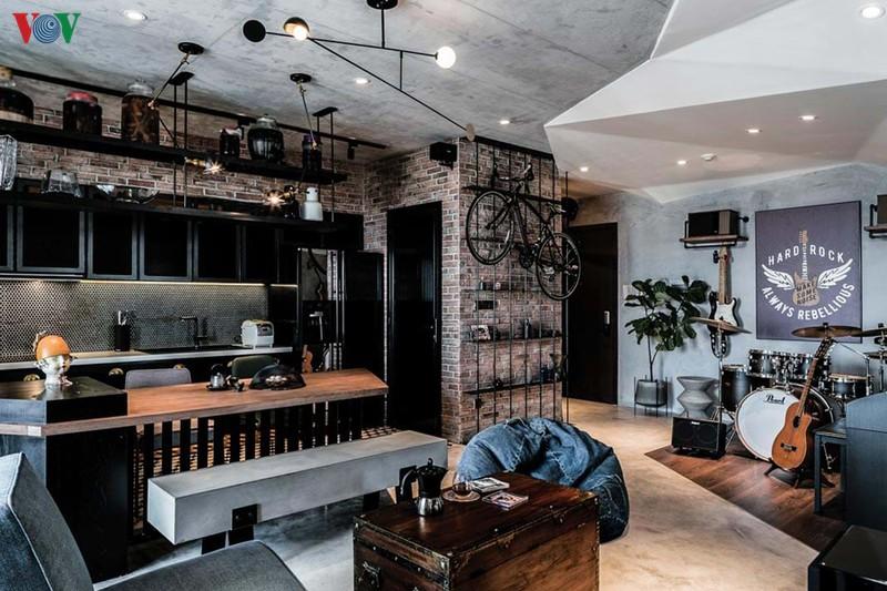Không gian chung bên cạnh phòng khách, phòng ăn còn có một khu chơi nhạc. Trong 3 phòng ngủ theo thiết kế ban đầu, 1 phòng được sử dụng thành phòng làm việc.