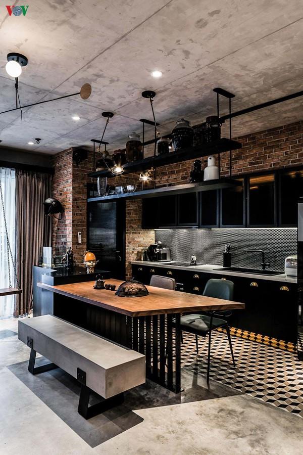 Khu vực bếp ngăn với phòng khách bằng một bàn ăn, cũng như một đảo bếp hay quầy bar. Chiếc ghế ăn dài cũng là chiếc ghế thay cho sofa phòng khách.