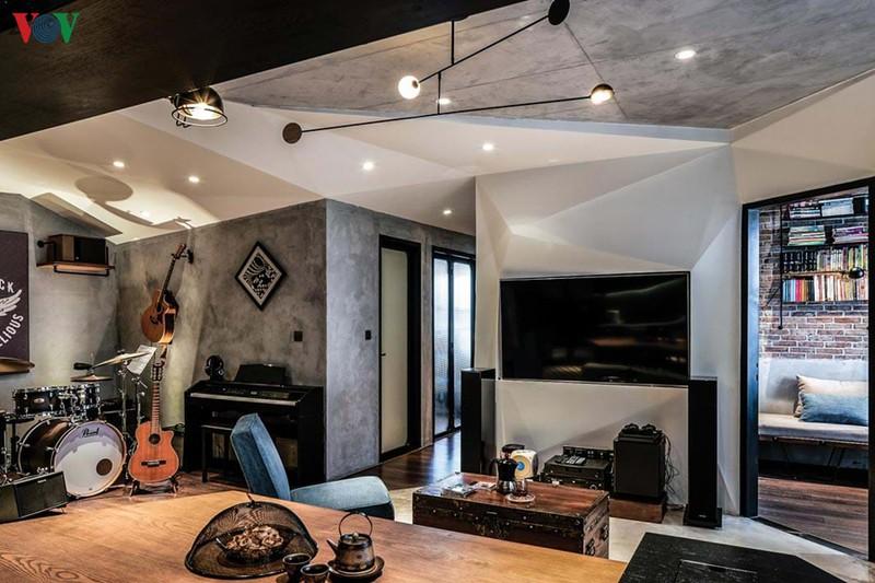 Khu vực phòng khách là trung tâm, kết nối với khu bếp, không gian chơi nhạc, phòng làm việc và hành lang vào các phòng ngủ.