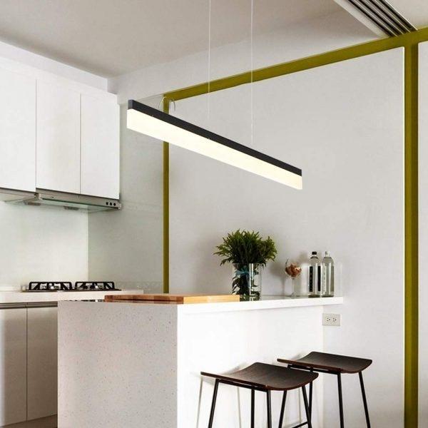 Dễ dàng lắp đắt, ít phải bào trì, đèn treo tuyến tính này là giải pháp tuyệt vời dành cho những gia đình hiện đại. Mẫu đèn này giúp cung cấp ánh sáng tập trung vào bề mặt bạn yêu cầu, ví dụ như chiếc bàn ăn này.  Thiết kế đèn treo này cũng khá đơn giản nhưng cũng không kém phần táo bạo với thân đèn màu đen cùng  bộ khuếch tán màu trắng - tạo nên một vẻ đẹp tối giản phù hợp với nhiều chủ đề nội thất.