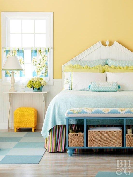 Một bộ ga giường màu xanh, một chiếc ghế đẩu vàng màu nắng, một vài chiếc gối màu vàng chanh và rèm cửa họa tiết hoa là đủ cho một phòng ngủ mùa xuân