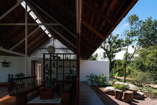 Mái nhà trải rộng giúp cho ngôi nhà tránh được một phần nắng gắt của Tây Nguyên
