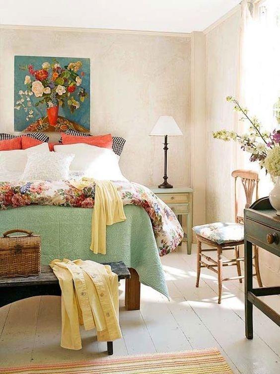 Tranh treo tường với họa tiết tươi sáng, bộ ga giường tràn ngập sắc hoa đủ để mang mùa xuân vào phòng ngủ nhà bạn