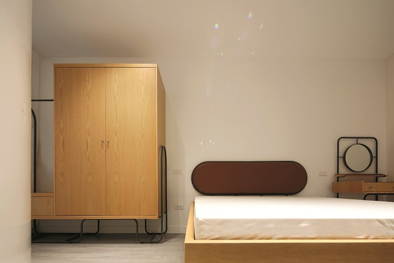 """Hầu hết các đồ vật đều được thiết kế """"đo ni đóng giày"""" để phù hợp với không gian và cá tính của chủ nhà. Các hệ tủ bếp, giá sách và tủ quần áo cũng được thiết kế một cách khéo léo để tối ưu hóa diện tích."""
