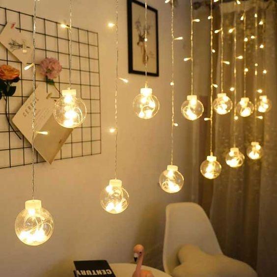 Đèn led là vật trang trí đơn giản và phổ biến, dễ tìm