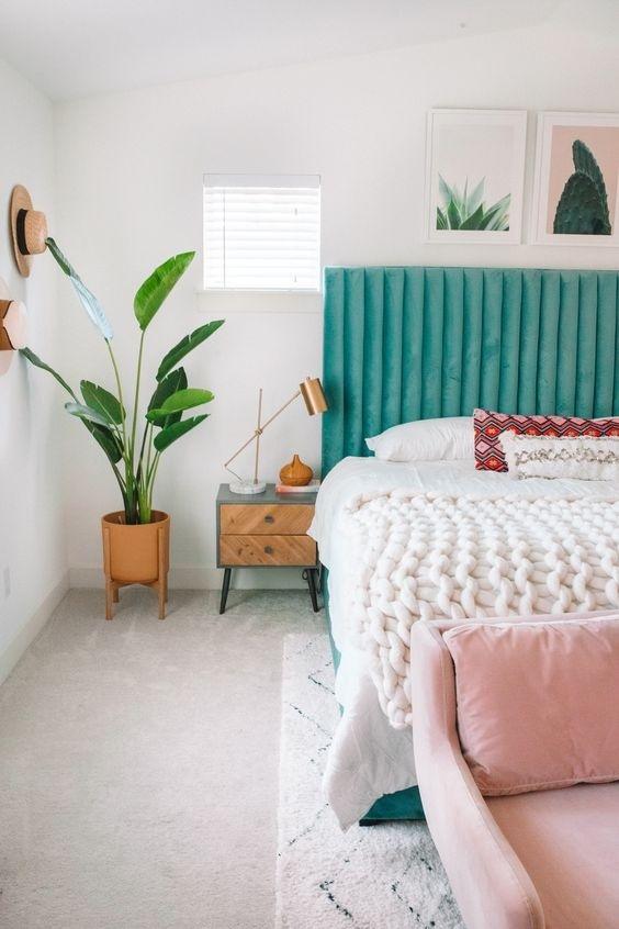 Đã qua mùa đông lạnh lẽo, u ám, nhiều gia chủ lựa chọn ga giường và thảm trải sàn sáng màu cho không gian phòng ngủ nhà mình