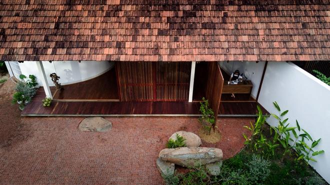 Ngôi nhà được thiết kế với khoảng sân rộng phía trước.