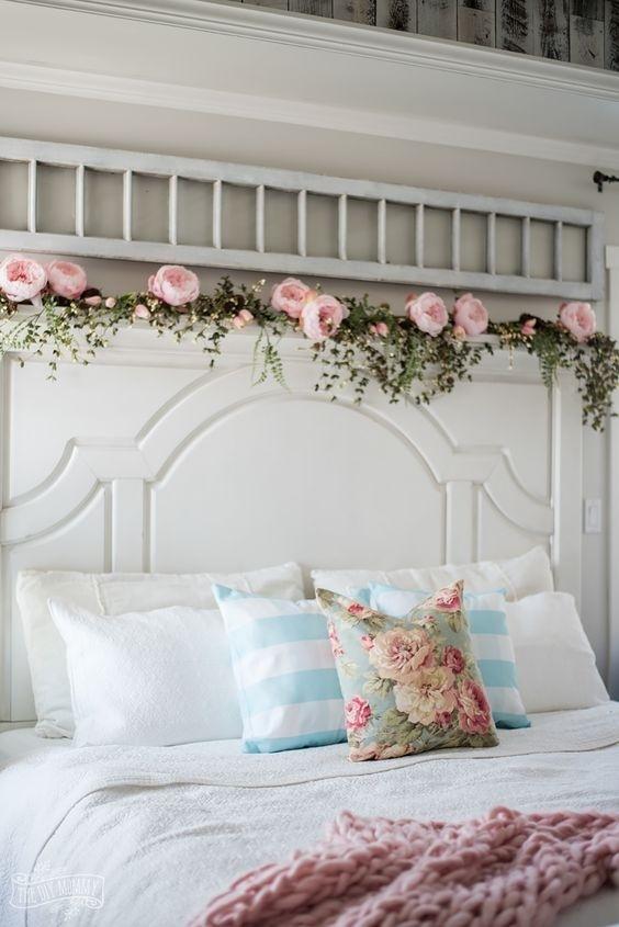 Còn gì tuyệt vời khi phòng ngủ nhà bạn được trang trí bằng những bông hoa