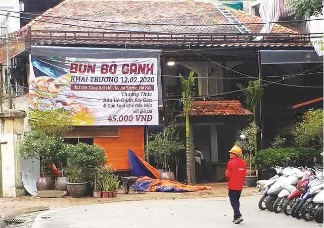 Một căn biệt thự Pháp cổ tại phố Tăng Bạt Hổ bị biến thành quán bún bò. Ảnh: Doãn Thành