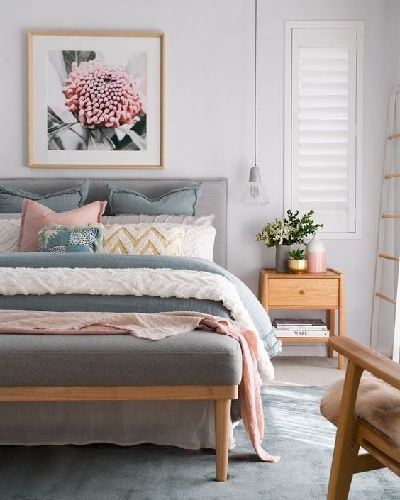 Những bông hoa tươi và khung ảnh hoa chính là điểm nhấn cho phòng ngủ của bạn khi mùa xuân về