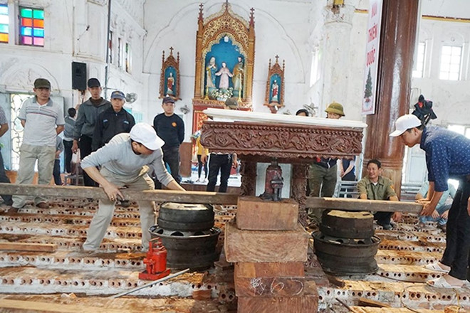 Giáo dân đang dọn dẹp trong nhà thờ Bùi Chu để chuẩn bị hạ giải Ảnh Hữu Tuyền