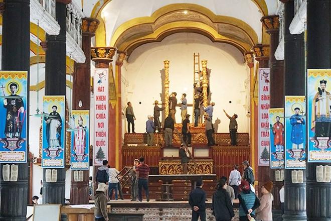 Đồ trang trí trong nhà thờ Bùi Chu được di chuyển Ảnh Hữu Tuyền