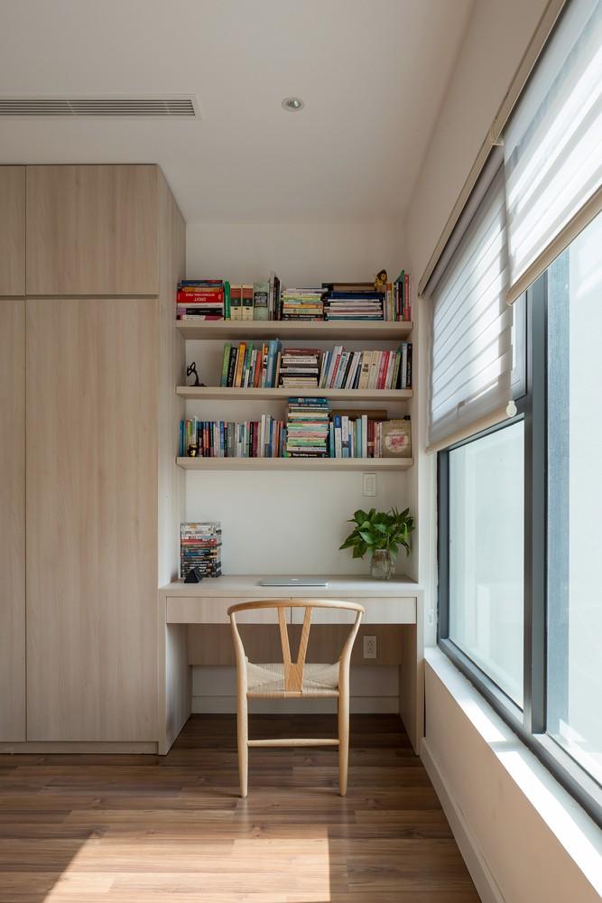 Cạnh cửa sổ là chiếc bàn làm việc nhỏ gọn nhưng rất tiện nghi.