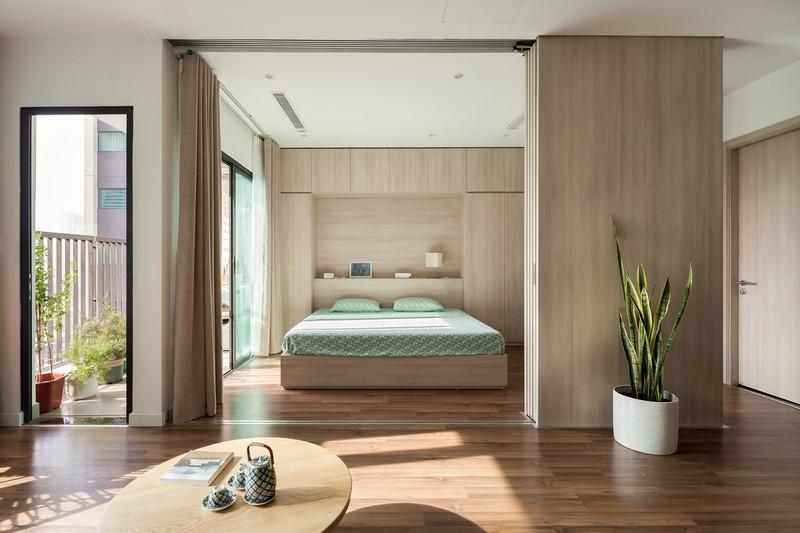 Ngoài việc thay đổi tính chất của không gian, nội thất căn hộ cũng rất đơn giản, hướng tới lối sống hài hòa, giảm bớt đồ đạc mà vẫn đảm bảo sự thoải mái cho cuộc sống của gia đình.