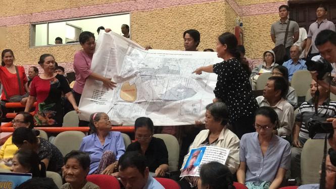 Nhiều người dân sử dụng bản đồ để chỉ ra nhà đất bị giải tỏa nằm ngoài ranh quy hoạch của dự án